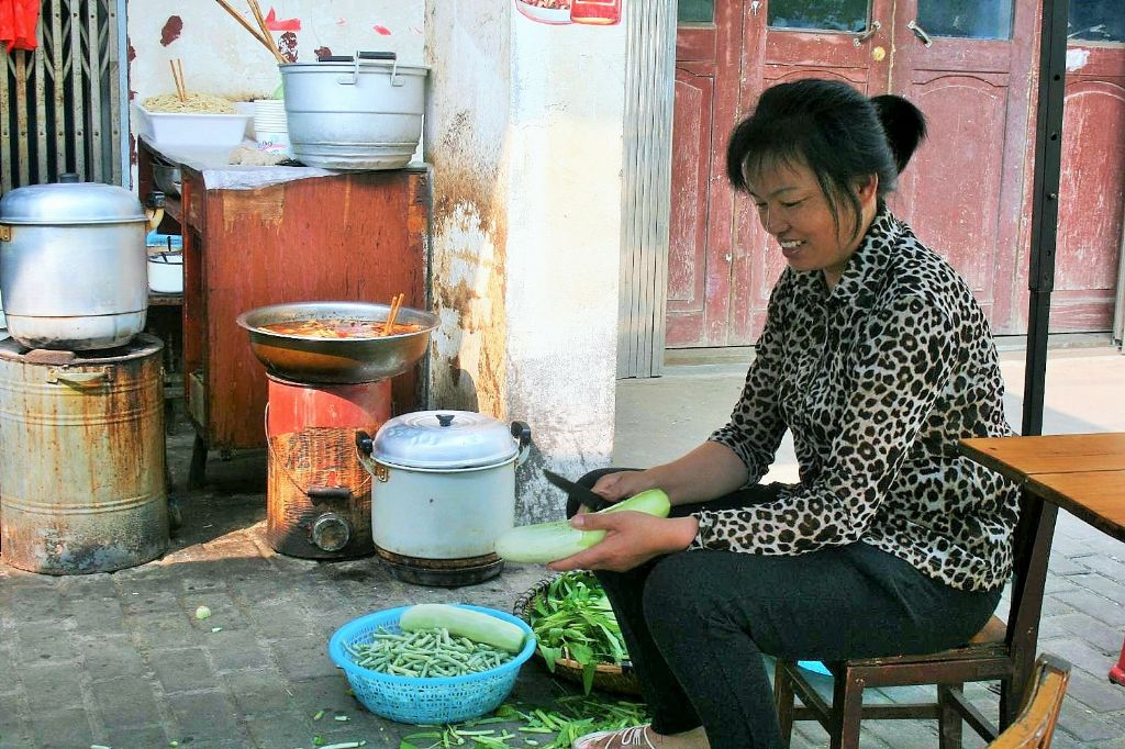 Xiaomei helps cooking in Tangzhi